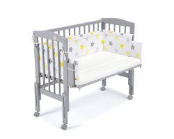 FabiMax Beistellbett PRO grau mit Matratze und Nestchen gelbe Sterne auf weiß